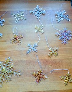Make beautiful glitter snowflakes yourself. You can easily make these great DIY snowflakes yourself from hot glue. These festive DIY snowflakes are beautiful tree decorations or great gift tags. Pine Cone Decorations, Flower Decorations, Christmas Decorations, Baby Shower Boho, Decor Crafts, Diy Crafts, Snow Flakes Diy, Makes You Beautiful, Craft Gifts