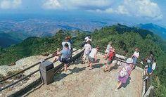 La Gran Piedra, otra opción de naturaleza en Santiago de Cuba. La región oriental de Cuba, beneficiada por la naturaleza con playas de inigualable belleza, un entorno perfectamente conservado y numerosos valores históricos y culturales, completa su riqueza con sitios que aportan elementos únicos.