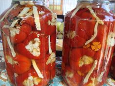 Gogosari umpluti cu conopida in otet Romanian Food, Romanian Recipes, Preserves, Celery, Pickles, Frozen, Stuffed Peppers, Canning, Vegetables