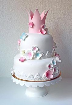 I think this is going to be Evelyns 1st birthday cake. It is lovely, elegant and cute...