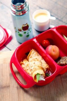 Roll up! A thin one-egg omelette is sturdier and more nutritious than rice paper. Other stuffing ideas include tofu, meat and cabbage. Lunch Box Recipes, Lunchbox Ideas, Rice Paper Rolls, Omelette Recipe, Recipe Sites, Health Snacks, Appetisers, Cooking With Kids, Creative Food