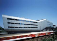 Esse é o belo formato do prédio da Relaxx, uma academia e centro de lazer  localizada em Bratislava, na Slovakia, a edificação é localizada entre duas movimentadas estradas, e foi projetada pelos designers Andrea Klimková, Peter Kručay