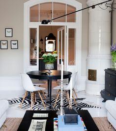 Blanco y negro, suelo, chimenea, sillas...