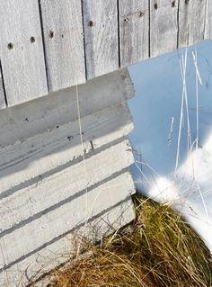 NYANSER AV GRÅTT: Grunnmuren er forskalet med uhøvlet grov, liggende plank som viser treets struktur avstøpt i betongen. Den er valgt for å gi en passe grad av kontrast og samspill med kledningen på hytta. Ospekledning og grå betong gir en vakker fargepalett. Finland, Texture, Architecture, Wood, Crafts, Summer, Modern, House, Surface Finish