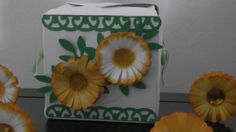Scatolina porta regali decorata con piccole margheritine di cartoncino adornate da piccole foglioline