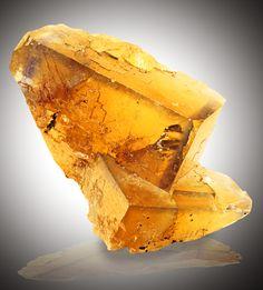 Fluorite (em bruto) | Fluorite (raw)  ❥  Pedra de protecção e estabilizadora, harmoniza a energia espiritual. Nos chacras superiores (5º+) aumenta a intuição e a consciência universal. Facilita e aclara processos mentais. Fisicamente a fluorite fortalece ossos e dentes e suaviza dores de artrite. A Fluorite amarela trás compreensão e manifestação à intuição. Cristal de unidade, harmoniza a energia de grupos e aumenta a criatividade. /Marrocos