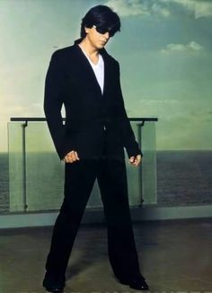Shahrukh khan -♥ Now that's a pose!