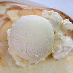 勤めている牧場の低温殺菌放牧牛乳で作ったアイスクリーム、生クリーム、クロテッドクリームとフレッシュなりんごの酸味が絶妙ピザ٩(ˊᗜˋ*)و - 19件のもぐもぐ - 会社ピザ*4 アイスクリームと生クリーム、クロテッドクリームのデザートピザ by tkiss891