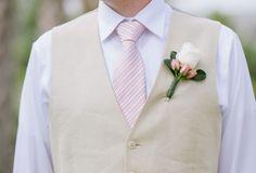 noivo descontraido de colete bege e rosa #casarcomgosto