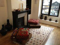 Salle 3 : le coin cosy au coin, des coussins de sols recouverts de Kilim ancien http://www.comptoirazur.fr/petits-meubles/33-pouf-carre-en-tissage-kilim-piece-unique.html