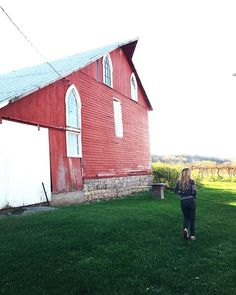 Red barns & vineyards, 2 of our favorite things. #MLGreatestTown #midwestisbest  #Galena #GetToGalena #travel #destination #tourist #illinois #vineyard #winery #country #escape