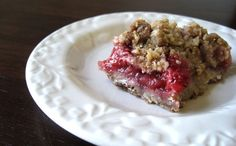 So making this! Simple Strawberry-Rhubarb Crisp - The Ravenous Runner Just Desserts, Delicious Desserts, Dessert Recipes, Rhubarb Recipes, Strawberry Recipes, Strawberry Rhubarb Crisp, Rhubarb Pie, Jai Faim, Eat Dessert First