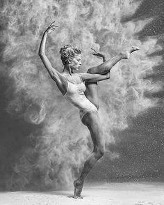 Une nouvelle sélection issue du portfolio d'Alexander Yakovlev, qui capture avec beaucoup de talent toute l'énergie et la grâce des danseuses de ballet. Il y