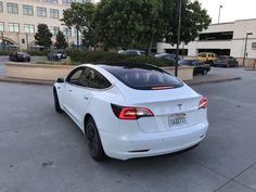 Avem noi fotografii cu Tesla Model 3, care ne prezintă bordul maşinii, exteriorul, dar şi detalii despre sistemul autonom. Aflăm şi autonomia lui Model 3.