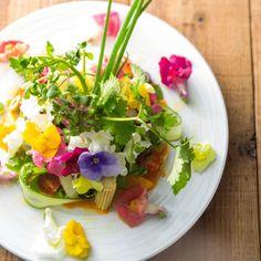 「え?花って食べることができるの?」と疑問に思われた方、必見です。野菜と同じように食べることを目的として育てられた花「エディブルフラワー」には、たくさんの種類があり、食卓をいっそう華やかに彩ってくれます。「花屋さんで買ったこの切り花を食べてみようかな?」なんて思っちゃダメですよ!!観賞用に育てられた花と食用に育てられた花は農薬の使用などに違いがあるのです。ぜひそれを知って安全においしく美しいお花を食べてみて下さい♪