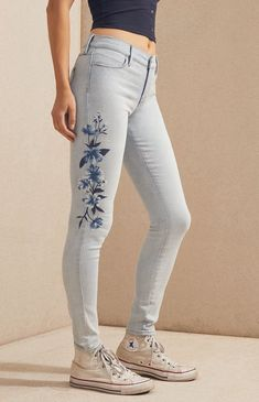 The Vista Blue Perfect Fit Jeggings by PacSun add a feminine flair to your casual style. Made from a super stretcfh fabric, these skinny jeans boast a light blue wash, floral embroidery at the sides, and a mid-rise fit. Painted Jeans, Painted Clothes, Jean Diy, Jean Parfait, Forever 21 Outfits, Cool Outfits, Casual Outfits, Jeans Outfit Summer, Embroidery On Clothes