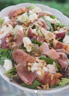 Salade met gegrilde perzik, Parmaham en geitenkaas