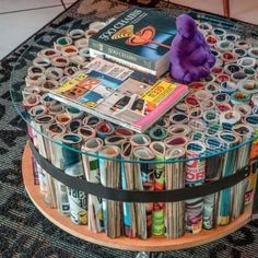 What a creative idea! This DIY coffee table is a great way to upcycle old magazines while looking super chic. Upcycled Home Decor, Diy Home Decor Projects, Upcycle Home, Reuse Recycle, Decor Crafts, Recycled Furniture, Diy Furniture, Magazine Table, Diys