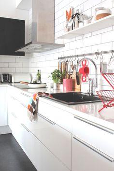 Selkeä ja vaaleasävyinen keittiömme on itse suunniteltu ja rakennettu.. . mustavalkoinen, moderni, .