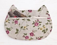 Gray Cosmetics Linen Makeup Bag flower cosmetic Cat by JuliaWine Zipper Bags, Zipper Pouch, Boho Cosmetics, Small Makeup Bag, Makeup Bags, Makeup Brushes, Cat Bag, Techniques Couture, Cosmetic Pouch