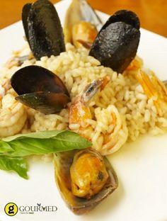 Ριζότο με μύδια Ένα απλό πιάτο που κάνει το μαγείρεμα των μυδιών παιχνιδάκι. Ριζότο με αχνιστά θαλασσινά για απόλυτες μεσογειακές γεύσεις! Greek Recipes, Fish And Seafood, Allrecipes, Risotto, Food And Drink, Rice, Cooking Recipes, Dishes, Meat