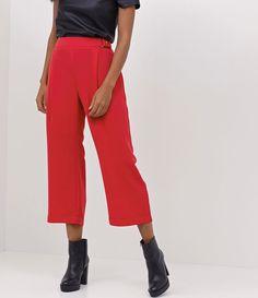 Calça feminina Modelo ampla Cropped Com cós transpassado Marca: Cortelle Tecido: alfaiataria Modelo veste tamanho: 36 Medidas do modelo: Altura: 1,73 Busto: 78 Cintura: 61 Quadril: 89 COLEÇÃO INVERNO 2017 Veja outras opções de calças femininas .