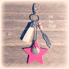 Ibiza style tassenhanger met ster van imi leer How To Make Leather, Ibiza Fashion, Leather Projects, Leather Keychain, Key Fobs, Leather Craft, Keychains, Gifts For Friends, Diy Jewelry