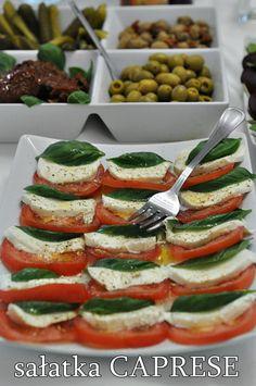 Przepisy na letnie sałatki - Damsko-męskie spojrzenie na kuchnię Caprese Salad, Zucchini, Vegetables, Health, Food, Bulgur, Health Care, Veggie Food, Vegetable Recipes
