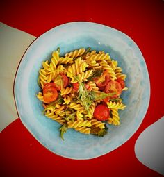 Pasta salad with green pesto, cherry tomatoes, rucola and pine kernels (and mozzarella). Easy and tasty!