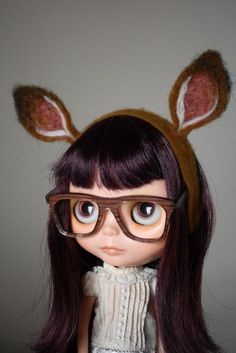 a little deer headband for frolicking in the forest! this is a needlefelted headband for your blythe, made with morino wool. will only fit BL/EBLs