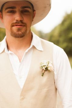 Minimal bouts and neutrals are trending and we love the soft style #cedarwoodweddings Texas Ranch to Tennessee Chic :: Trish+Nate | Cedarwood Weddings