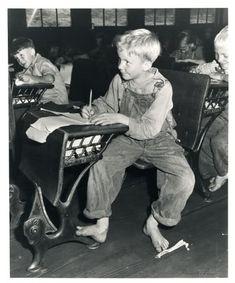 Coal miner's child in grade school. Lejunior, Harlan County, Kentucky 1946 (In Mio elementary school there were still some old desks like this). Vintage Pictures, Old Pictures, Old Photos, School Pictures, Old School House, School Days, School Memories, High School, Vintage School