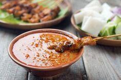 Rezept für eine scharfe asiatische Erdnuss-Sauce Diese pikant-nussige Sauce wird in Indonesien und Malaysia traditionell zu gebratenen oder gegrillten Hühnchen-Spießen (Saté) gereicht, passt aber auch wunderbar zu Tofu-Spießen,...