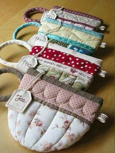 Tea cup pouches - great teacher present. Mug rug to match? Fabric Crafts, Sewing Crafts, Sewing Projects, Mug Rugs, Sewing Hacks, Sewing Tips, Tea Party, Purses And Bags, Coin Purses