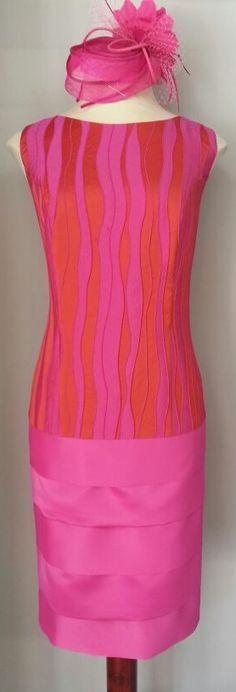 Vestido de fiesta y cóctel realizado en seda bordada rosa fucsia y falda con tablas en raso.Ideal para bodas de día! #vestidos #madrinas #boda #fashion www.scalacostura.com