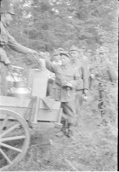 Patteri on saanut lämmintä ruokaa. Elokuu 1941. Haapajärvi