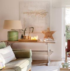 En esta casa interior y exterior se miran como reflejados en un espejo. Comparten el verde que lo inunda todo, lo muebles de madera, las fibras y cierto aire oriental. Y la luz y la calma están en cada rincón... (link en la bio) . . #elmueble #decoracion #decoration #encasade #luz #light #salon #livingroom #estrella #star