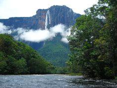 Salto del ángel, Venezuela. En el sector Occidental del parque nacional Canaima, está el Auyantepuy, uno de los tepuyes más conocidos. (Los tepuyes son esas montañas planas que terminan con inmensas paredes verticales.) De ese tepuy nace el Salto Angel, con sus 979 metros de caída libre, el más alto del mundo.