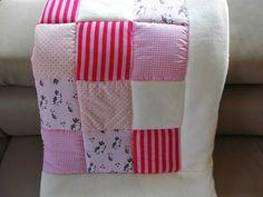 Dies ist eine liebevoll genähte Decke aus abgestimmten Baumwollstoffen  in fröhlichen Farben und einem kuscheligem Rand.  Die Rückseite ist aus weichem Fleece, wodurch eine weitere Polsterung...