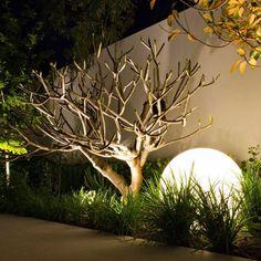 beleuchtung garten ideen led solar kugel baum gras
