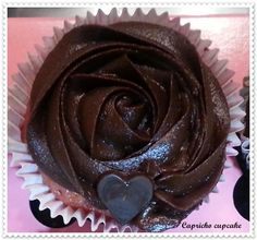 cupcakes de frambuesa con chips de chocolate y buttercream de chocolate negro