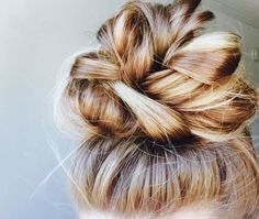 Hair Care + Styling Inspiration 5 step messy top knot invitation so that guests can confirm their pr Messy Bun Hairstyles, Pretty Hairstyles, Knot Hairstyles, Wedding Hairstyles, Fashion Hairstyles, Simple Hairstyles, Top Not Hairstyle, Date Night Hairstyles, Hairstyle Ideas
