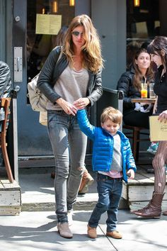 Gisele Bundchen Photos - Gisele Bundchen, Tom Brady and their son Benjamin Brady seen at Extra Virgin Restaurant for lunch in New York City. - Gisele Bundchen Out With Her Boys Gisele Bundchen, Sporty Look, Mother And Child, Mom Style, Winter Outfits, Winter Clothes, Autumn Fashion, Girl Outfits, Bomber Jacket