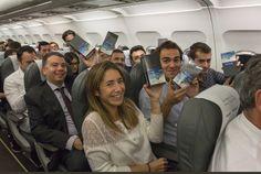 """Hoy temprano en un vuelo de la compañía Iberia; Samsung España sorprendió a los 200 pasajeros que viajaban de la ciudad de Madrid a Coruña con un Galaxy Note 8. La caja del mismo decía: """"Hace…"""