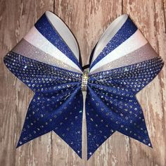 reminds me of my middle schools cheer team Cheerleading Jumps, Cheerleading Gifts, Cheer Gifts, Cute Cheer Bows, Cheer Mom, Cheer Stuff, Cheer Hair Bows, Cheer Bow Tutorial, Competition Bows