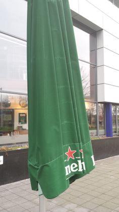 Heineken maakt reclame alsof ze erbij neervallen zo ook met parasols  je ziet ze overal.