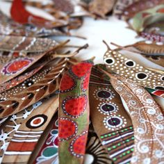 {a-faerietale-of-inspiration: A feast of colour & pattern} painted leaves Mandala Art, Painted Leaves, Hand Painted, Posca Art, Deco Nature, Art Nature, Leaf Crafts, Aboriginal Art, Nature Crafts
