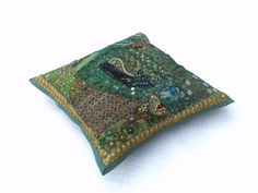 Housse de coussin brodée vert, tenture indienne verte, tenture murale, set de table, tenture brodée verte, artisanat indien de la boutique IndianShopbyDLFine sur Etsy