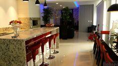 Cozinha em MDF madeirado Fresno Blanco com alguns detalhes Scheffield com granito Crema Antártico tendo perfil puxador de alumínio.