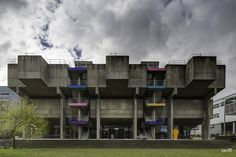 """Already used in the movie """"Clockwork Orange"""" as a dystopian film set the Lecture Centre is one of Great Britain's earliest sculptural concrete monsters. It was realized on the campus of Brunel . Listed Building, Multi Story Building, Lecture Theatre, Brutalist Buildings, Willis Tower, Innovation Design, Great Britain, Concrete, Backdrops"""